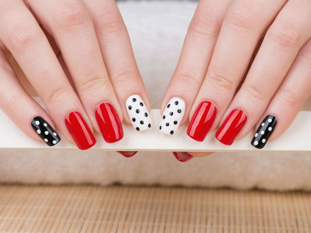Ногти горошек фото красные