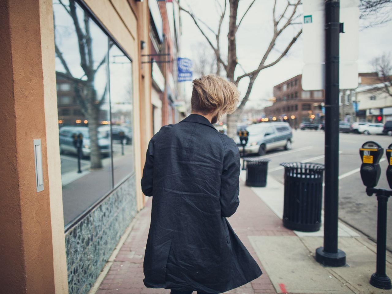 2ab8a1a0e8c06 Klasyczny płaszcz męski to doskonały wybór zarówno do garnituru jak i  casualowego zestawu. Wprowadza do stylizacji ogrom elegancji, świetnie  radzi sobie z ...