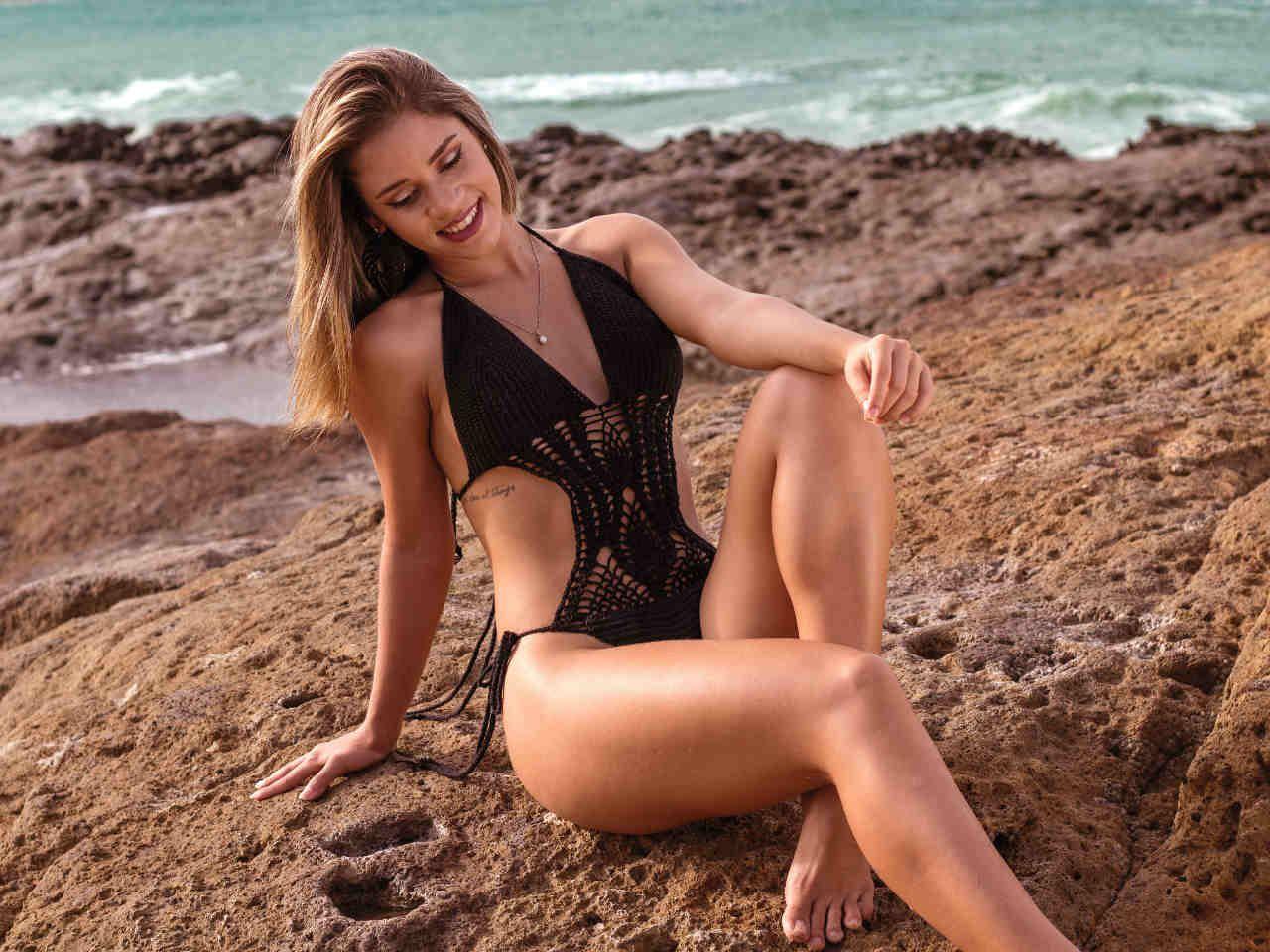 57b922f6d1383e Komu pasuje strój kąpielowy jednoczęściowy z falbanką, a komu z wycięciami?  Jaki model wybrać w 2019? Sprawdź nasze propozycje modnych kostiumów  kąpielowych ...
