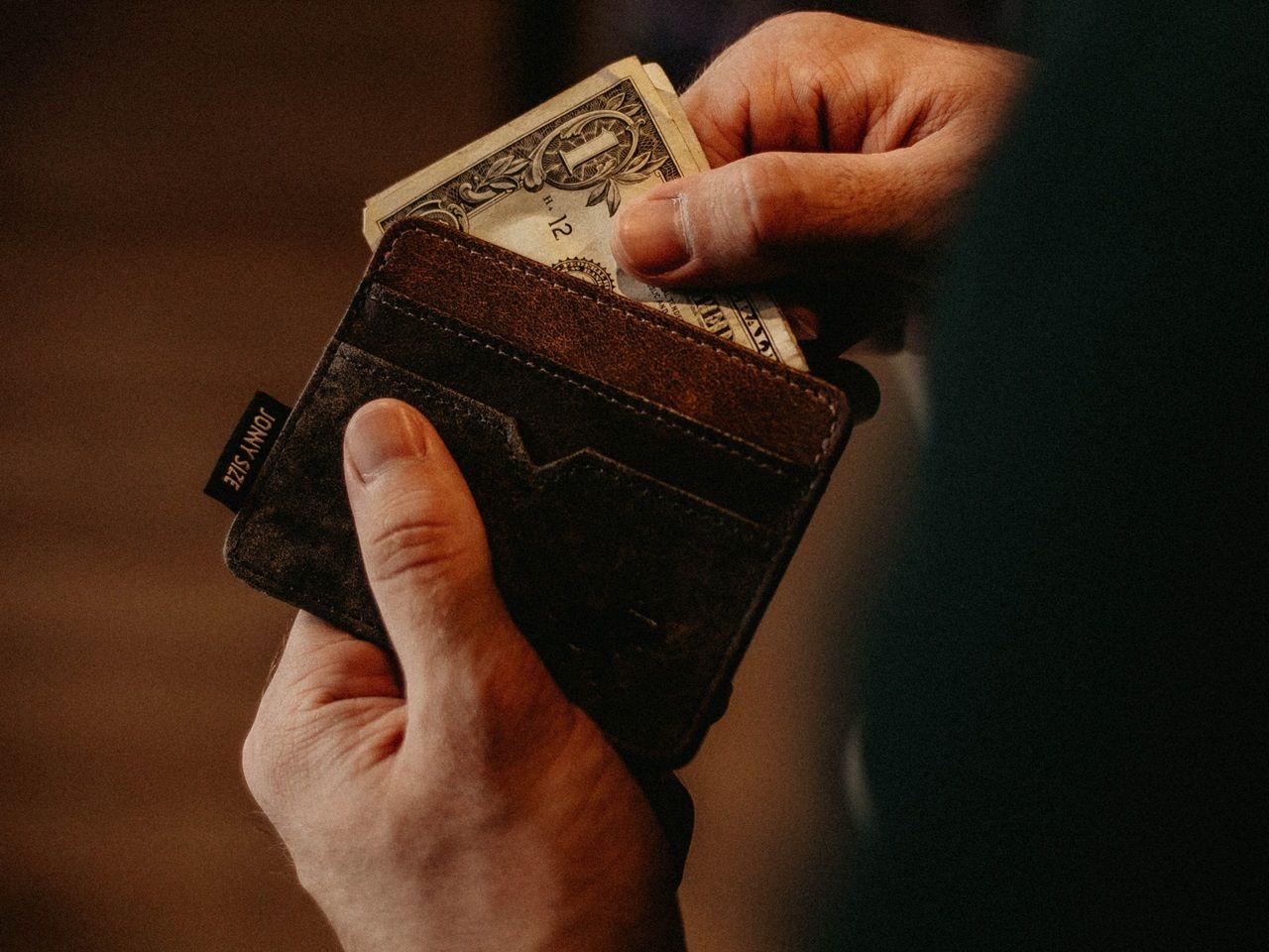 150637071b2e7 Ale jest jeszcze jedna rzecz, o której możesz zapomnieć: portfel. Jaki  elegancki portfel do garnituru będzie najlepszy?