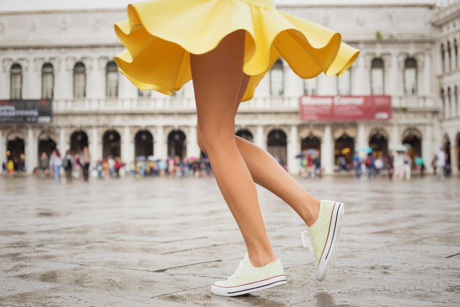 Czy wypada zakładać sportowe buty do sukienki? Kraina Stylu