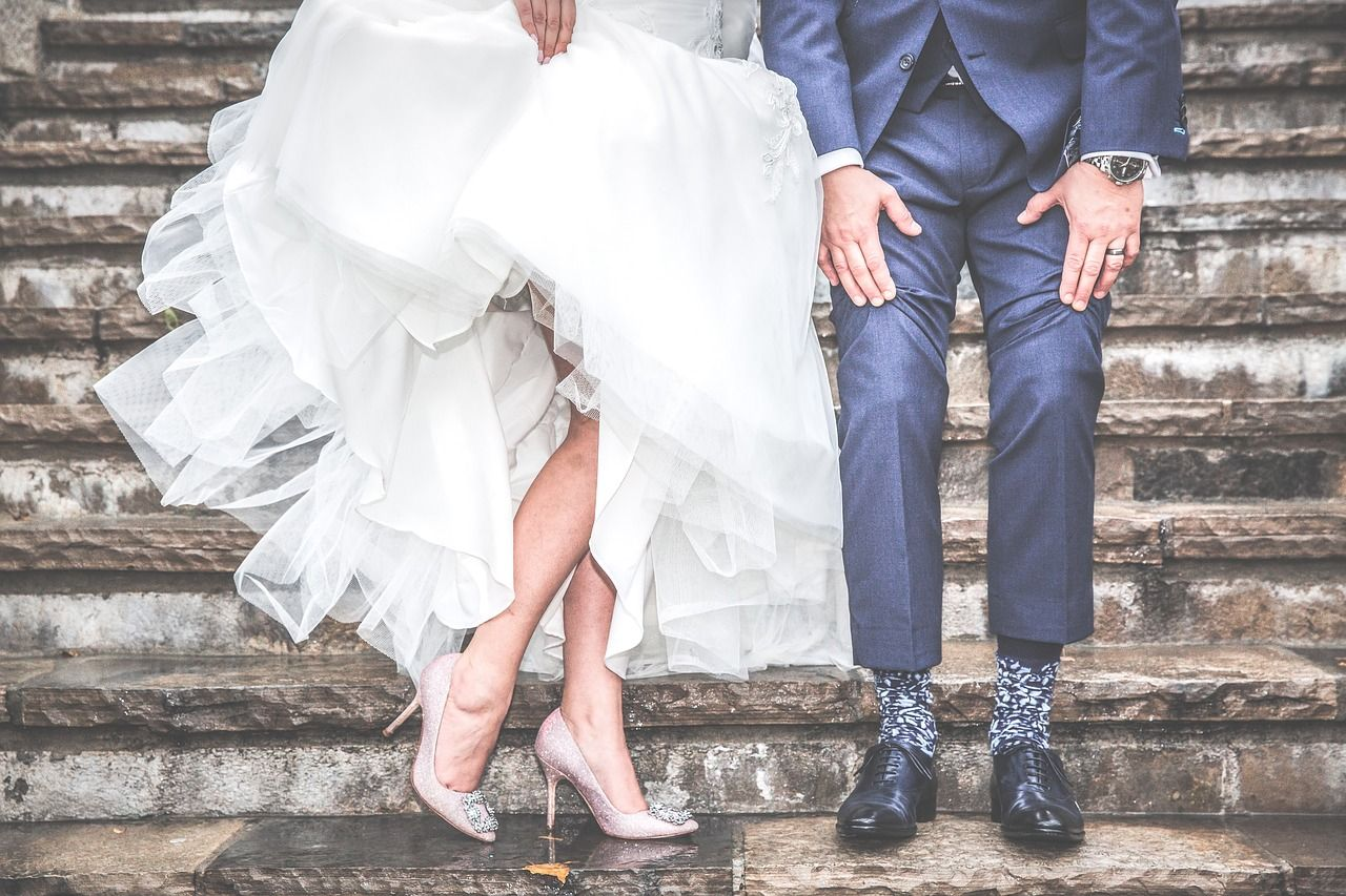 d4cfad58a165 Jesienią trudniej jest przygotować wyjątkową stylizację na wesele. Goście  weselni muszą zmierzyć się z zimnem