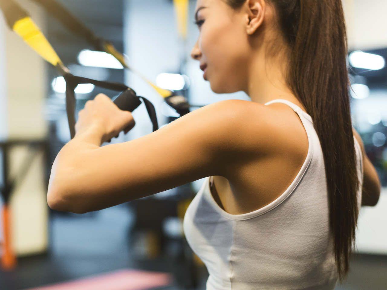 953bd2c6e6c4e7 Dzisiaj polecamy trening z wykorzystaniem taśm TRX dla kobiet. Podpowiadamy  jakie ćwiczenia wykonywać, aby mieć silne ciało, jędrne, uniesione pośladki  i ...