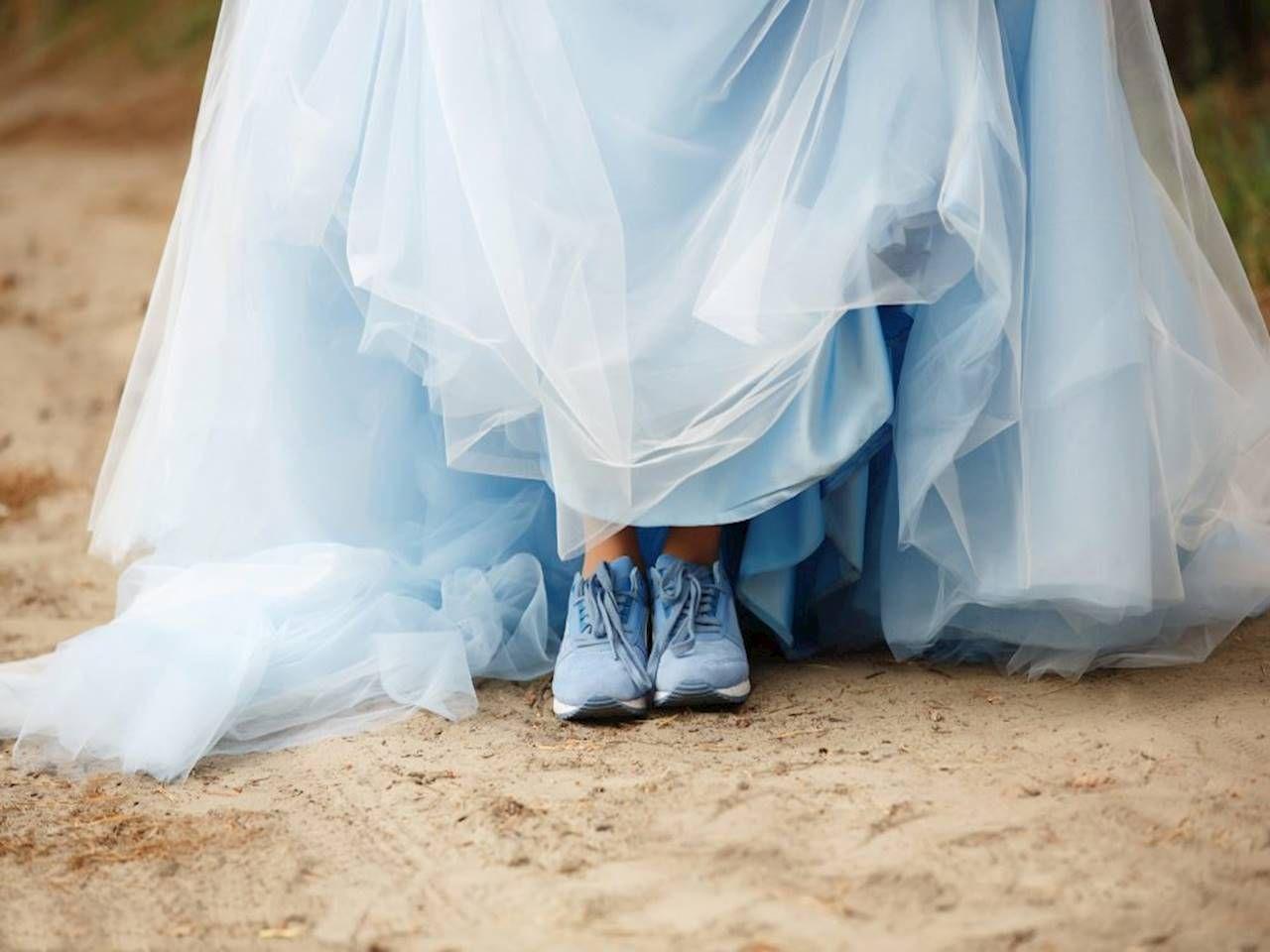 2dcc7e3593 Buty sportowe + spódniczka sukienka – podpowiadamy jak nosić - Kraina Stylu