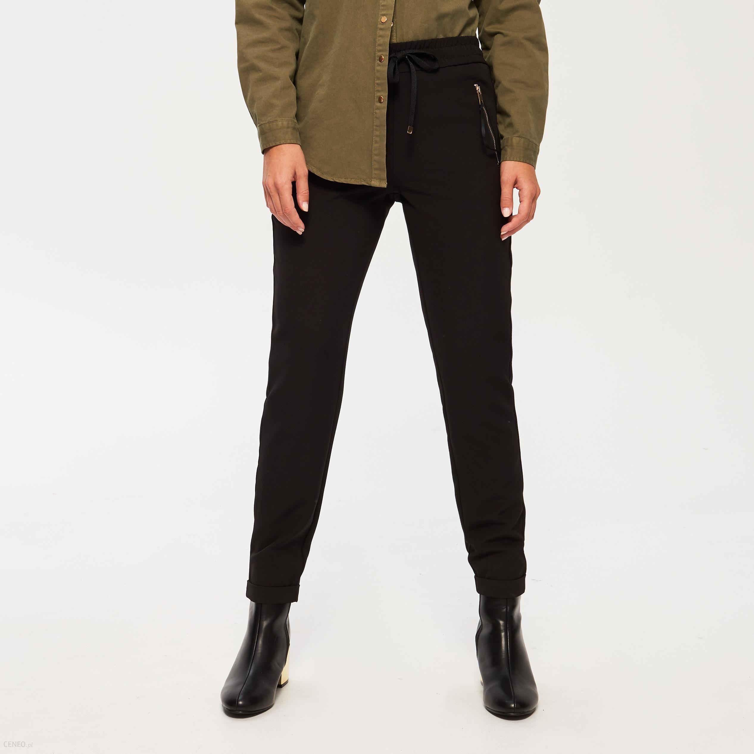 czarne lub granatowe spodnie z gumka w pasie