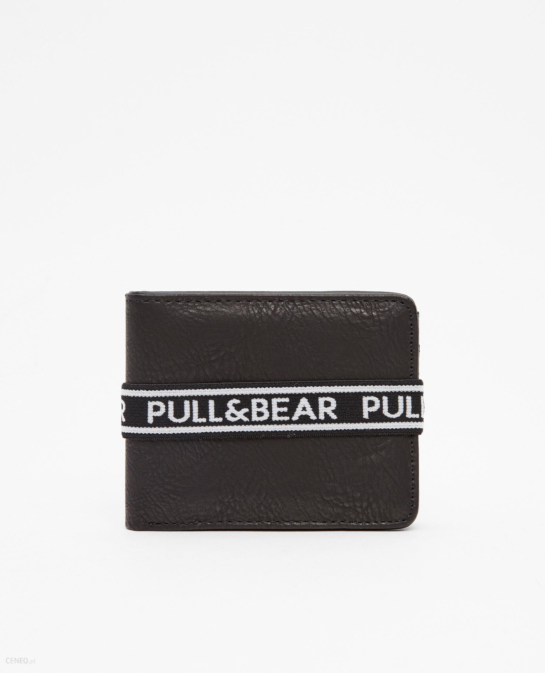 52c2b95a6d8be Pull   Bear Czarny portfel z gumką z logo - Ceny i opinie - Ceneo.pl