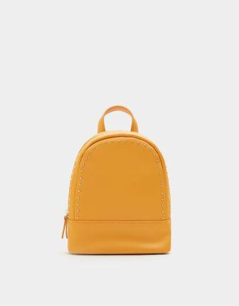 7e64807339f75 Pull   Bear Mały plecak w musztardowym kolorze z ćwiekami