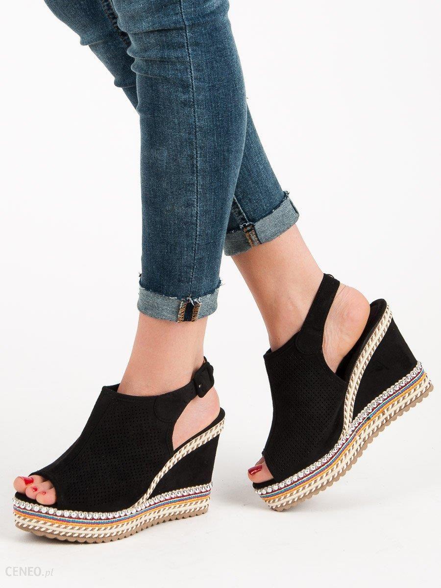 sandały zabudowane z przodu na koturnie