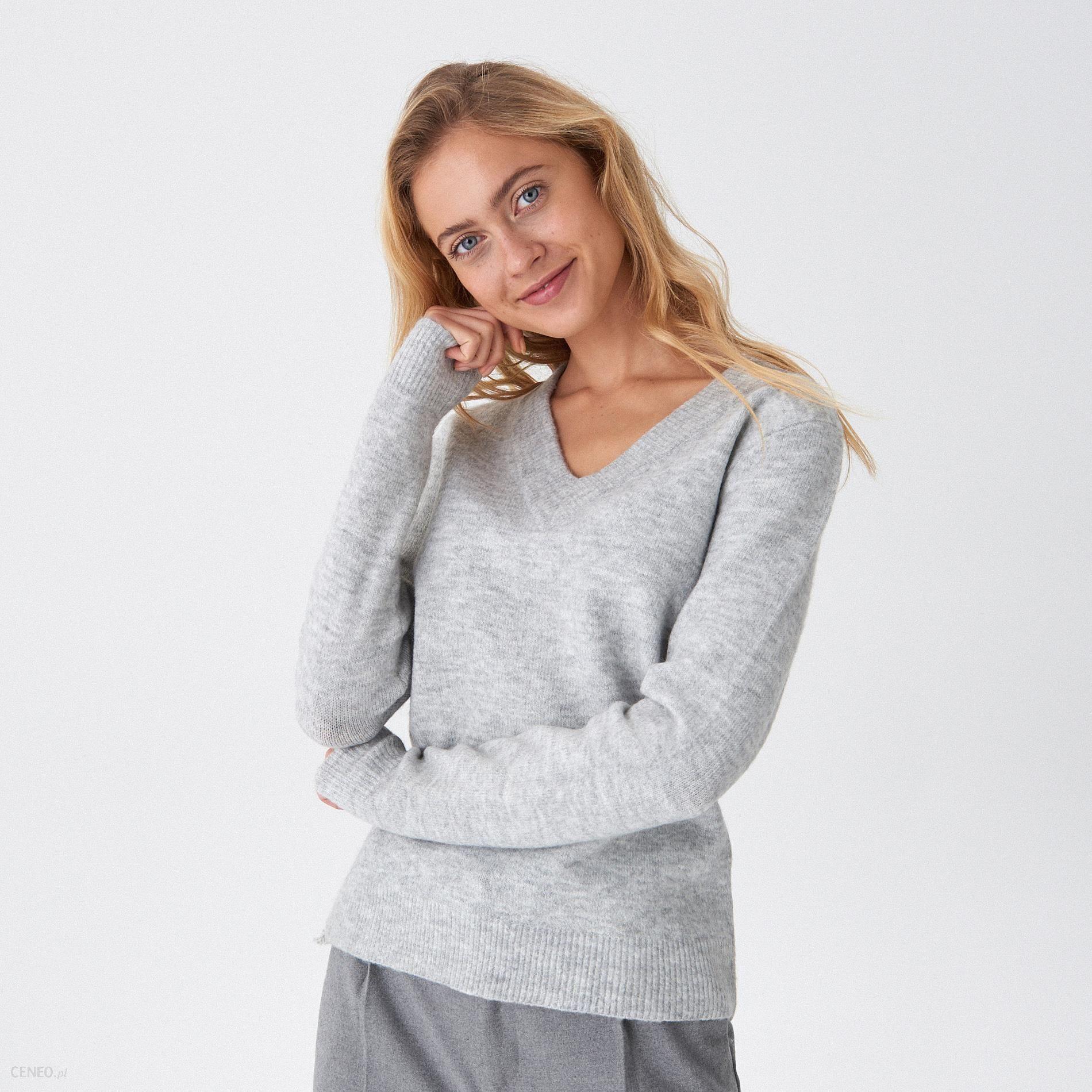 Szary sweter z dekoltem w serek