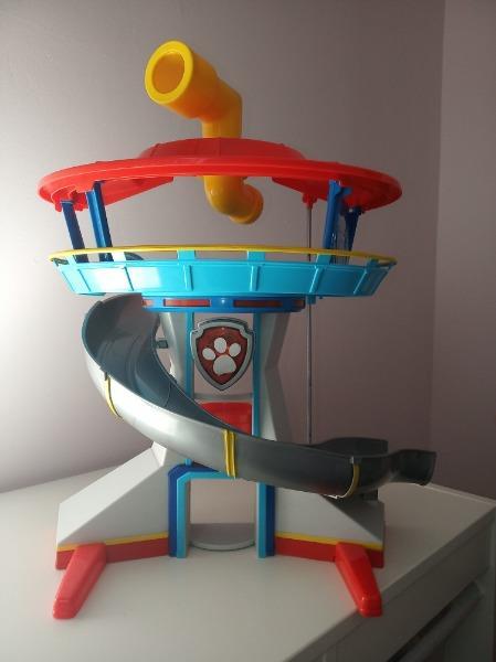Spin Master Psi Patrol Baza Ze Zjeżdżalnią + Figurka Chase Z